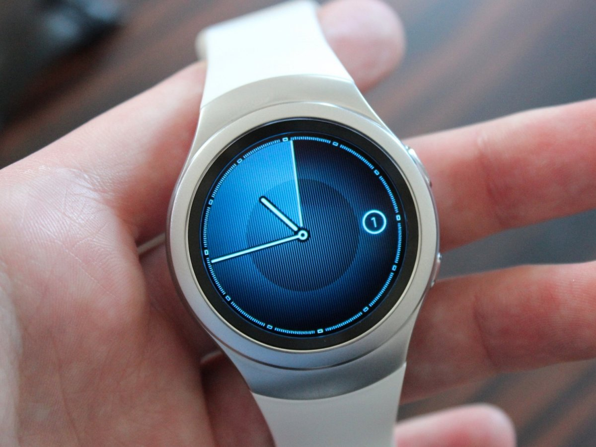 presenting-the-samsung-gear-s2-this-is-the-white-model-with-the-white-plastic-band